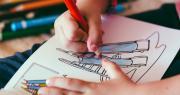 Mani di bambina di una scuola d'infanzia che disegna